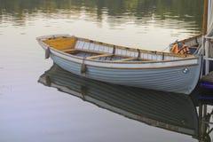 Das Boot am Kai im Stadt Park Stockfoto