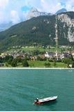 Das Boot am Molveno See in den Dolomit, Italien Lizenzfreie Stockbilder