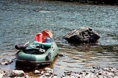 Das Boot nahe einem Stein Stockbild