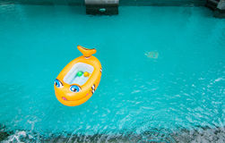 Das Boot, das in das Pool schwimmt Stockfoto