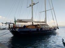 Das Boot in Porto Santo Stefano lizenzfreie stockbilder