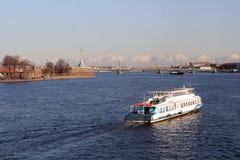 Das Boot schwimmt auf den Fluss durch den Peter und den Paul Stockfotos