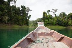 Das Boot schwimmt auf den See Lizenzfreie Stockfotografie