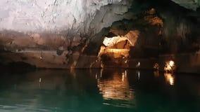 Das Boot segelt während der Exkursion durch die Höhle, Altinbasak in der Türkei Cave See mit schöner Beleuchtung stock footage