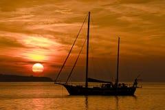 Das Boot am Sonnenuntergang Stockfoto