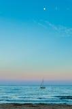 Das Boot und der Mond stockfoto