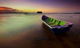 Das Boot und der Sonnenuntergang lizenzfreie stockfotografie