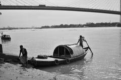 Das Boot und die Brücke lizenzfreies stockfoto