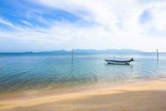 Das Boot wird im klaren blauen Himmel geparkt lizenzfreie stockfotografie