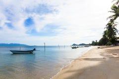 Das Boot wird im klaren blauen Himmel geparkt lizenzfreies stockfoto