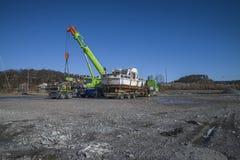 Entleerung des rostigen Bootes am Kai Stockbild