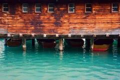 Das Bootshaus am See Braies in den Dolomitbergen Lizenzfreie Stockfotos
