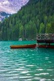 Das Bootshaus am See Braies in den Dolomitbergen Stockfotografie