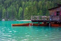 Das Bootshaus am See Braies in den Dolomitbergen Lizenzfreies Stockbild