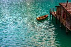 Das Bootshaus am See Braies in den Dolomitbergen Lizenzfreies Stockfoto