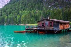 Das Bootshaus am See Braies in den Dolomitbergen Stockfotos