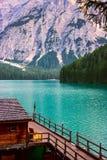 Das Bootshaus am See Braies in den Dolomitbergen Lizenzfreie Stockbilder