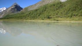 Das Bootsschwimmen zum Ufer stock footage