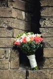 Das bouqet der Braut auf dem Hintergrund von Ziegelsteinen lizenzfreie stockfotos