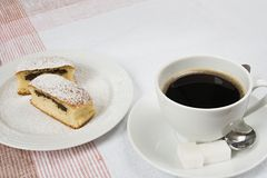 Das Brötchen, das mit Mohn gefüllt wurde, diente mit Kaffee Stockfotografie