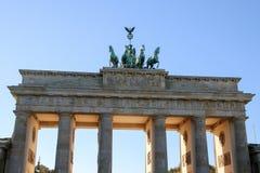 Das Brandenburger Tor in Berlin bei Sonnenaufgang, Deutschland Stockbild