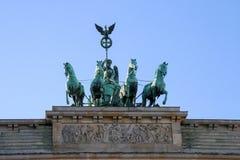Das Brandenburger Tor in Berlin bei Sonnenaufgang, Deutschland Lizenzfreies Stockfoto