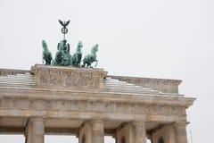 Das Brandenburger Tor mit Schnee in Berlin stockbild