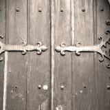das braune hölzerne Parlament in alter Tür Londons und der Marmor antikisieren Stockbild