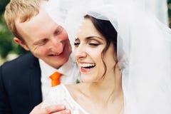 Das Braut- und Bräutigamlachen Stockfotos