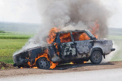 Das brennende Auto Stockbild