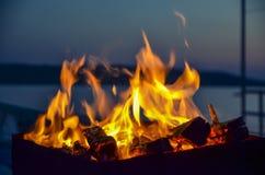 Das Brennholz, das in einem Messingarbeiter brennt Stockfotografie