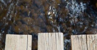 Das Brett der alten Holzbrücke über dem Fluss Lizenzfreie Stockfotos