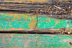 Das Brett der alten Holzbrücke über dem Fluss Stockfotos