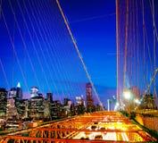Das Brooklyn-Brücken-Finanzbezirks-Nachtkonzept Stockfoto