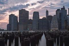 Das Brooklyn haftet bei Sonnenuntergang mit Skylineansicht, citylights New York, USA Lizenzfreies Stockfoto