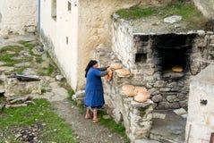Das Brot der Woche ist aus dem Ofen, Insel Olympos Karpathos, Griechenland heraus Stockfoto
