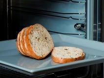 Das Brot im Ofen für das gerade gebacken Stockfotografie