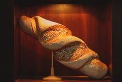 Das Brot ist auf der Anzeige, zum mit den Produkten vertraut zu machen lizenzfreie stockbilder