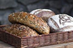 Das Brot wird in Stücke geschnitten Stockbild