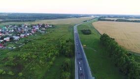 Das Brummen fliegt über die Autobahn Die Ansicht von der Oberseite stock footage