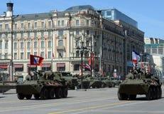 Das BTR-82A ist ein russisches 8x8 fahrbares amphibisches gepanzertes MTW (APC) mit Marinesoldaten Lizenzfreies Stockbild