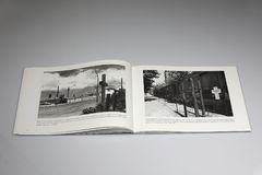 Das Buch Berlin Walls 1961-1989, Gedenkkreuz stockbild