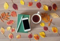 Das Buch, das Telefon und eine Tasse Tee Stockfoto