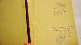 Das Buch des Ministeriums von Geologie und der Erhaltung des Unterbodens der UDSSR im Jahre 1955 stock video