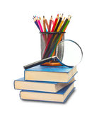 Das Buch, die Bleistifte und das Vergrößerungsglas Lizenzfreie Stockfotografie