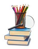 Das Buch, die Bleistifte und das Vergrößerungsglas Stockfoto
