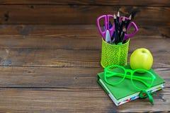 Das Buch, die Bleistifte und die Stifte für Schule Hintergrund Beschneidungspfad eingeschlossen E Stockfoto