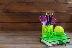 Das Buch, die Bleistifte und die Stifte für Schule Hintergrund Das Konzept I Lizenzfreie Stockbilder