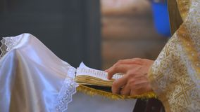 Das Buch ist in den Händen eines Priesters stock footage