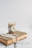 Das Buch ist in der rustikalen Art auf einer weißen Tabelle Stockbilder